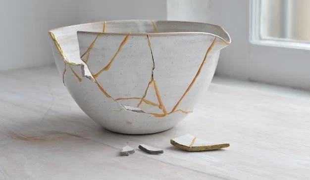 La technique traditionnelle Kintsugi japonaise vise à réparer des céramiques à l'or fin.